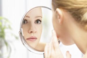 donna che si specchia scoprendo un volto nuovo