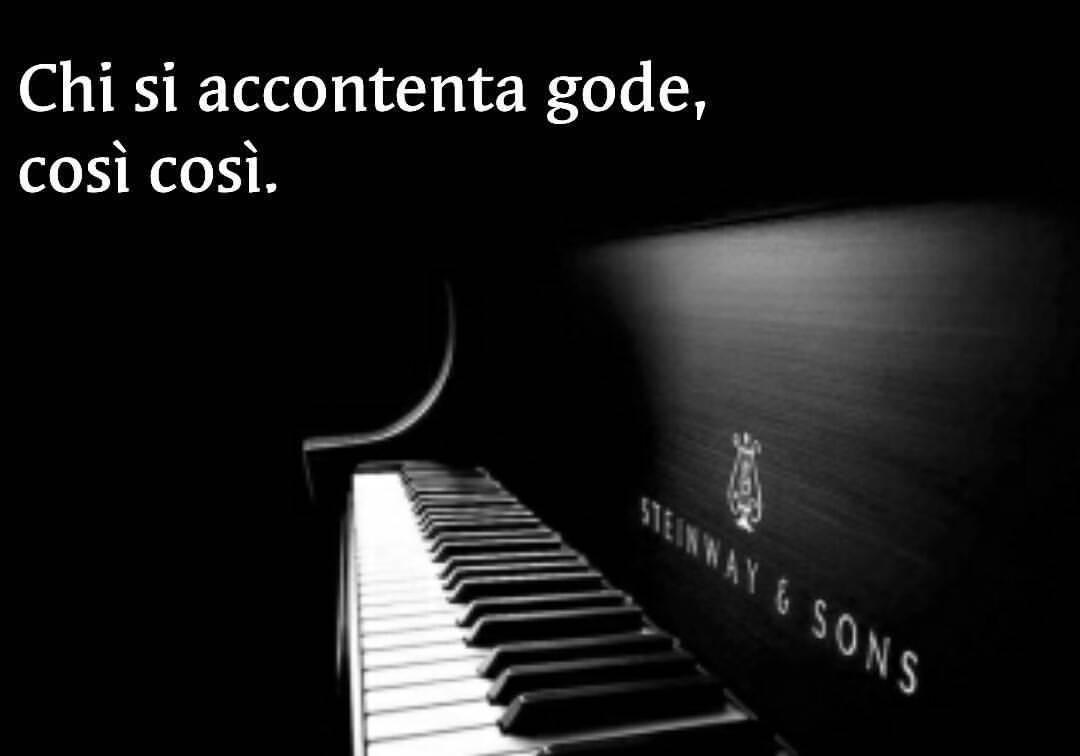 scritta chi si accontenta gode così così con un pianoforte che aspetta di essere suonato