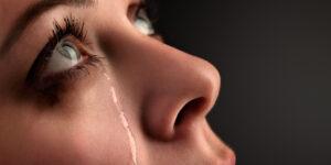 donna che guarda in alto con lacrime