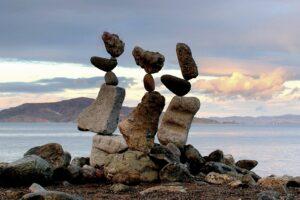 tre file di sassi in equilibrio verticale
